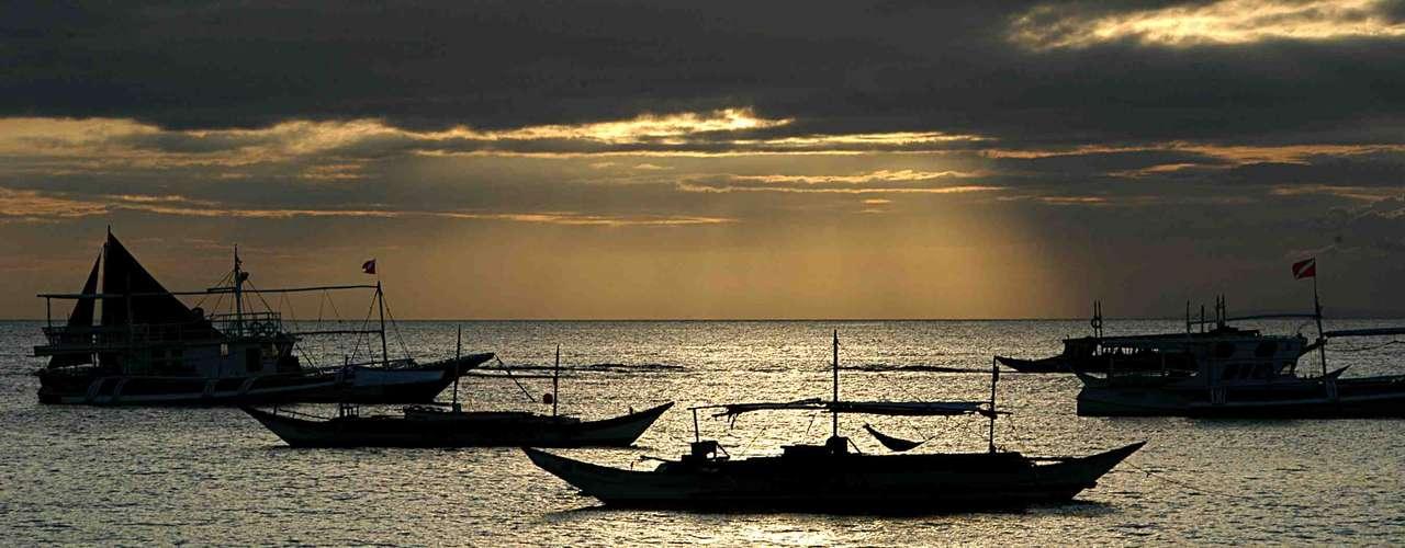 A 300 km de Manila, capital das Filipinas, a ilha de Boracay tem lindas praias de areia branca e águas cristalinas e protegidas por palmeiras. Além de ser uma das ilhas mais belas da Ásia, Boracay tem uma ótima oferta de resorts e restaurantes para viver uma viagem romântica inesquecível