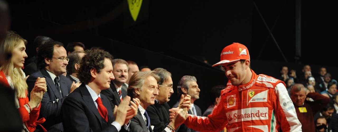 Alonso cumprimenta o presidente da Ferrari, Luca di Montezemolo