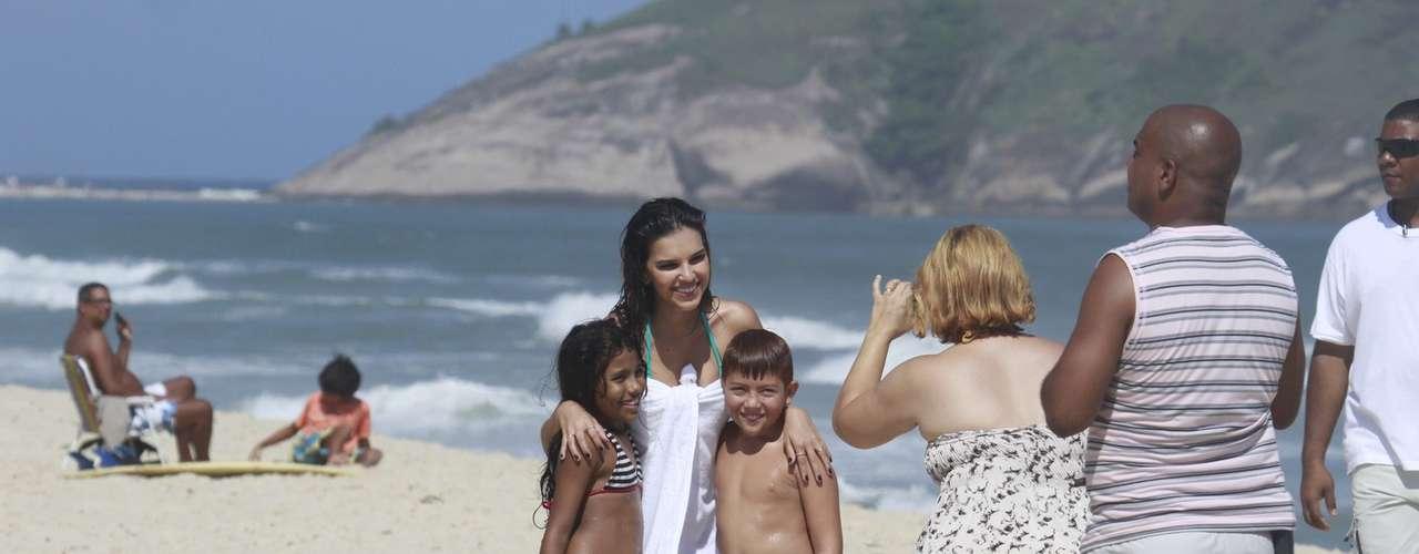 De biquíni, a atriz Mariana Rios gravou, ao lado do ator Ivan Mendes, cenas da novela 'Salve Jorge', nesta sexta-feira (1), na praia da Macumba, no Rio de Janeiro. Simpática, ela também posou para fotos ao lado de fãs