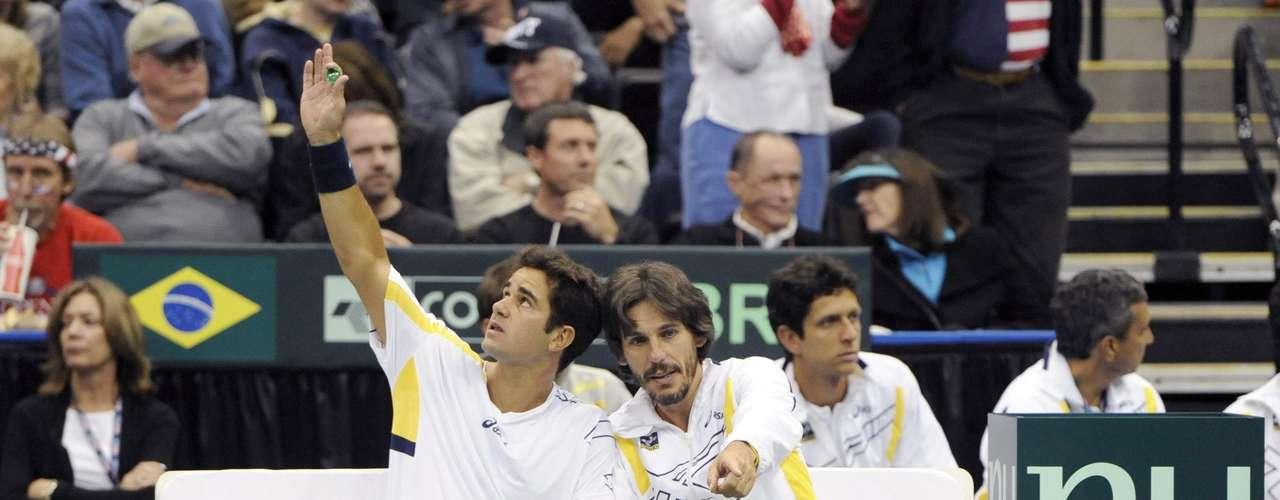Na terceira parcial, Isner forçou ainda mais seu saque e dominou o brasileiro, evitando que o brasileiro conquistasse qualquer bola vencedora no oitavo e último game