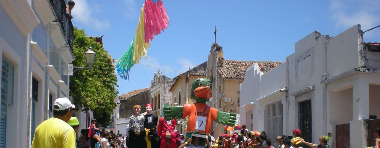 A 8ª Corrida de Bonecos Gigantes de Olinda levou, na manhã deste sábado, à Rua de São Bento, no sítio histórico da cidade, turistas, jornalistas, moradores e bonequeiro