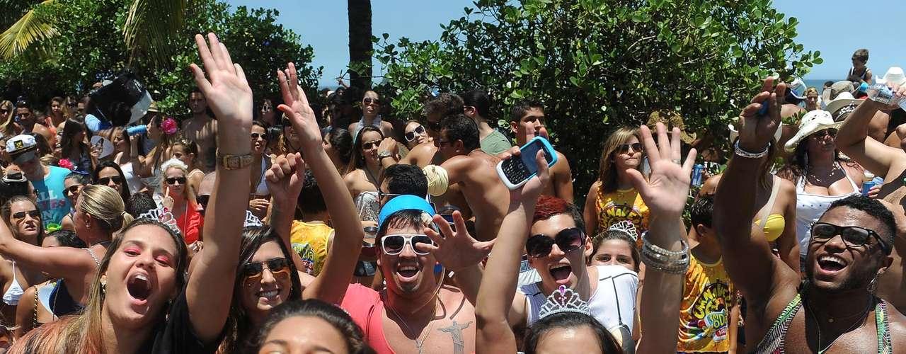 Nem só de samba vive o Carnaval de rua do Rio de Janeiro nos dias de hoje. Milhares de pessoas acompanharam neste sábado (2) o desfile do bloco E Daí? pela orla da praia da Barra da Tijuca, zona oeste da cidade