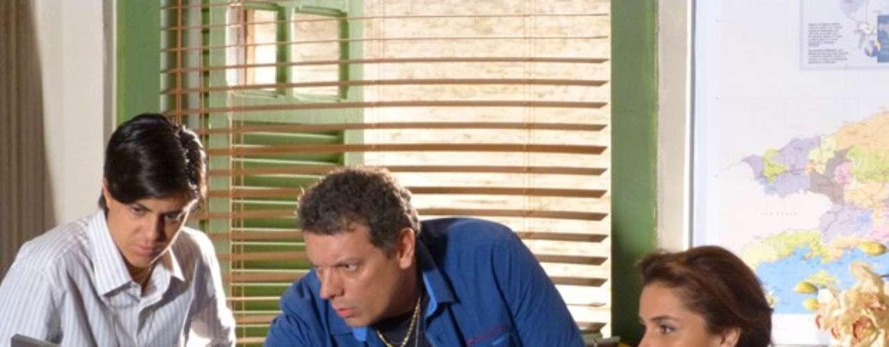 Barros (Marcelo Airoldi) avisa Helô (Giovanna Antonelli) que Wanda(Totia Meirelles) mentiu para Lurdinha (Bruna Marquezine) e Rayanne (Aimée Madureira) e não tem sobrinho nenhum. Depois ele entrega as fitas das camêras de vigilância do hotel de Lívia (Claudia Raia) na noite em que Morena (Nanda Costa) sumiu. A delegada assiste assim que recebe e não vê Morena saindo do local
