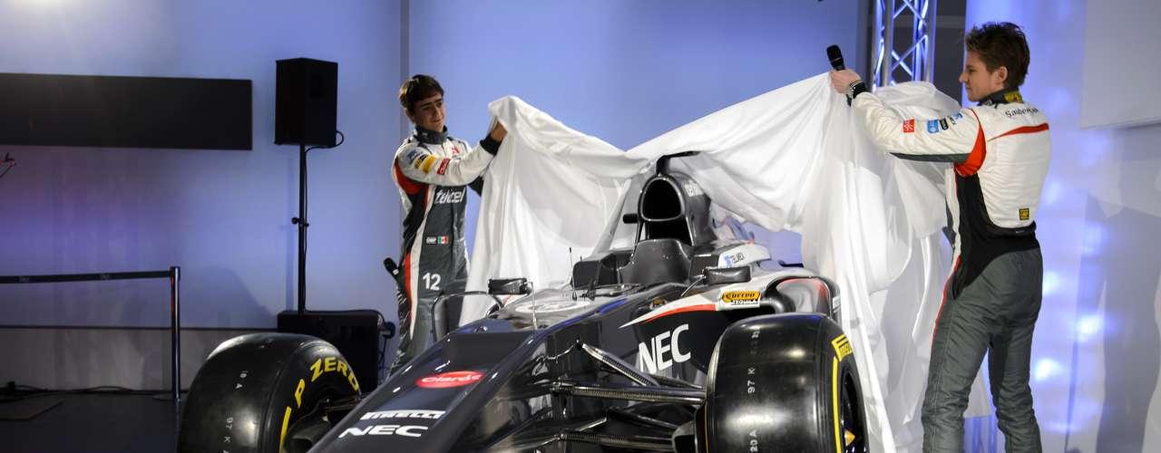 A Sauber proporcionou uma mudança significativa na pintura de seu carro para a temporada 2013 da Fórmula 1. A equipe suíça apresentou o novo modelo, batizado de C32, na manhã deste sábado, em sua fábrica em Hinwill, na Suíça. O destaque ficou por conta do cinza escuro que domina o veículo, enquanto que o do ano passado era predominantemente branco.Veja mais fotos do modelo: