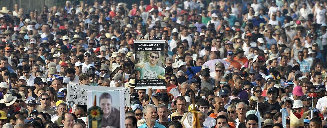 Milhares de fiéis se reuniram para celebrar o dia de Nossa Senhora dos Navegantes na capital gaúcha. A procissão foi acompanhada pelo prefeito de Porto Alegre, José Fortunati (centro) e o governador do Estado, Tarso Genro (à direita, de óculos escuros)