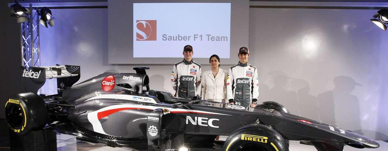 Chefe da equipe,Monisha Kaltenborn posa ao lado de Hulkenberg e Gutiérrez