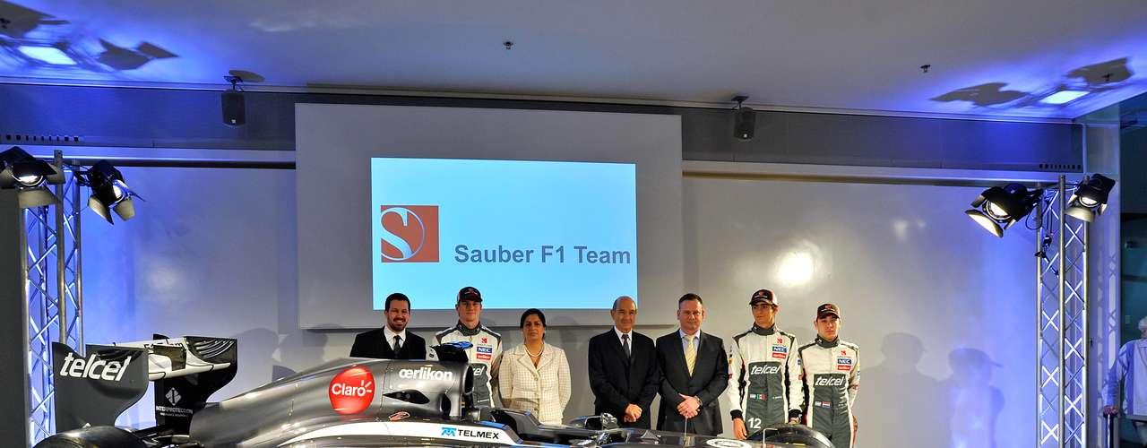 Kaltenborn posa com pilotos da equipe e com Peter Sauber, fundador da escuderia que deixou o comando de pista no último ano