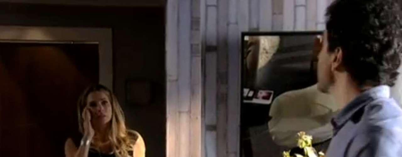 A suspeita de Celso (Caco Ciocler) e Amanda (Lisandra Souto) virou certeza. Depois de contratar um detetive particular, os dois veem as fotos de Antonia (Letícia Spiller) e Carlos (Dalton Vigh) juntos. Transtornado, Celso vai atrás da mulher para acusá-la. Quando a encontra, ele fica totalmente descontrolado e ameaça mostrar as fotos a Raissa (Kiria Malheiros), além de publicá-las na internet. Inconformada, a ex-modelo liga para a polícia e denuncia os abusos do marido