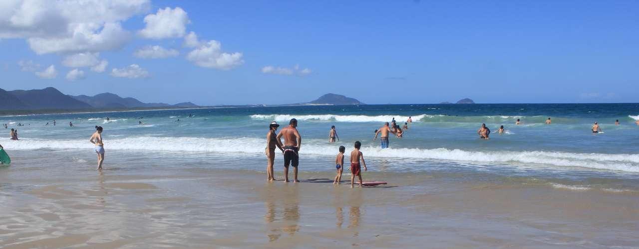 2 de fevereiro - Criança brinca na areia da praia
