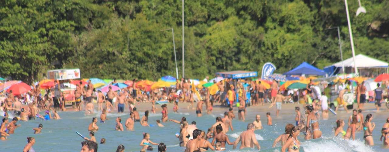 2 de fevereiro - As praias da Joaquina e da Barra da Lagoa, uma das preferidas dos turistas argentinos, estavam completamente lotadas desde a manhã