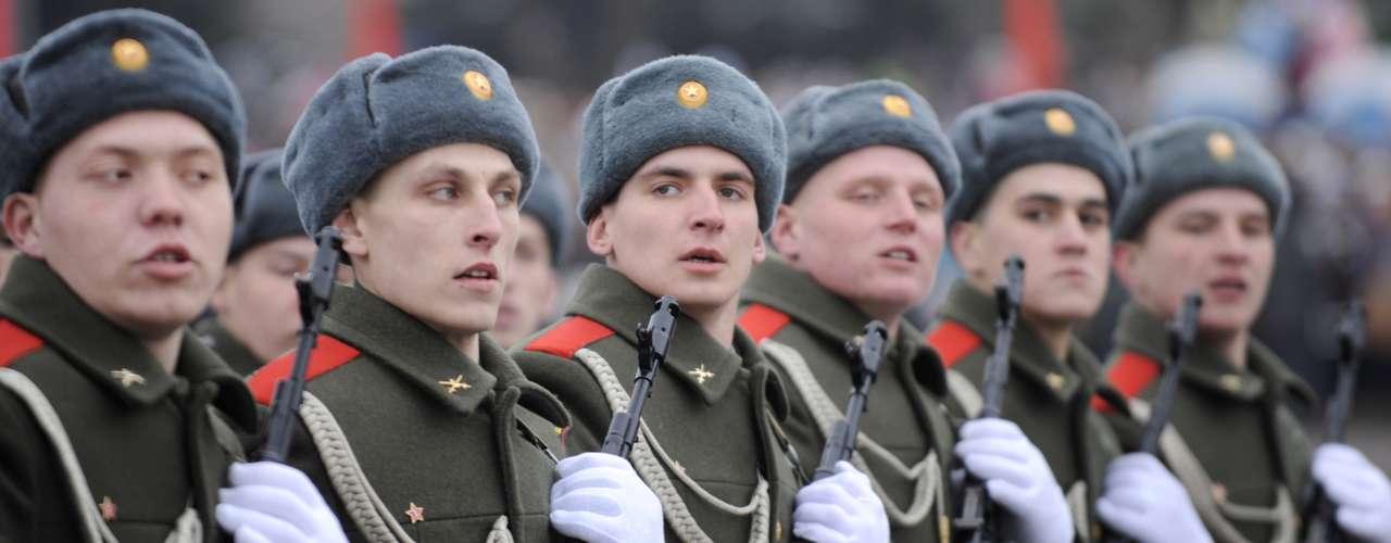 Soldados russos marcham usando os tradicionais chapéus durante parada militar na atual Volgogrado