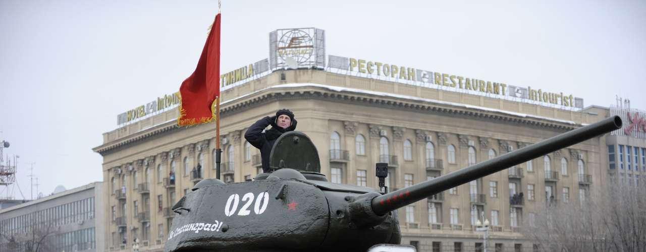 Tanque T-34-85 usado pelo Exército Vermelho na Segunda Guerra Mundial (1939-1945) é exibido durante o desfile militar em Volgogrado