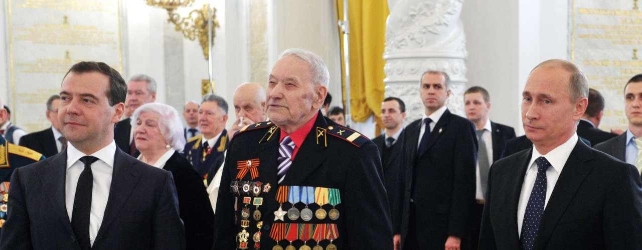 O premiê russo, Dmitri Medvedev, e o presidente, Vladimir Putin, posam para foto em recepção para veteranos da Segunda Guerra Mundial no Kremlin (foto de 1º de fevereiro)