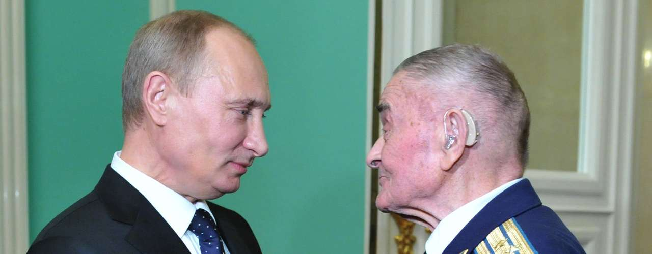 O presidente russo, Vladimir Putin, conversa com Ilya Filatov, veterano da Segunda Guerra Mundial, durante as celebrações dos 70 anos da batalha de Salingrado