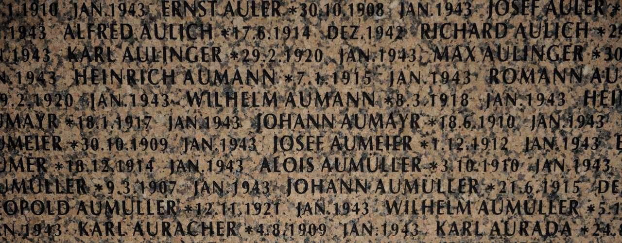 Neve cobre parcialmente um dos monumentos com os nomes dos soldados da Wehrmacht, que morreram na Batalha de Stalingrado