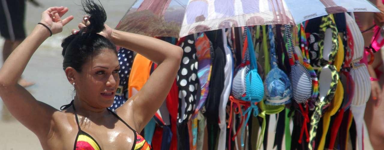 3 de fevereiro - Mulher aproveita o sol na praia de Ipanema, no Rio de Janeiro
