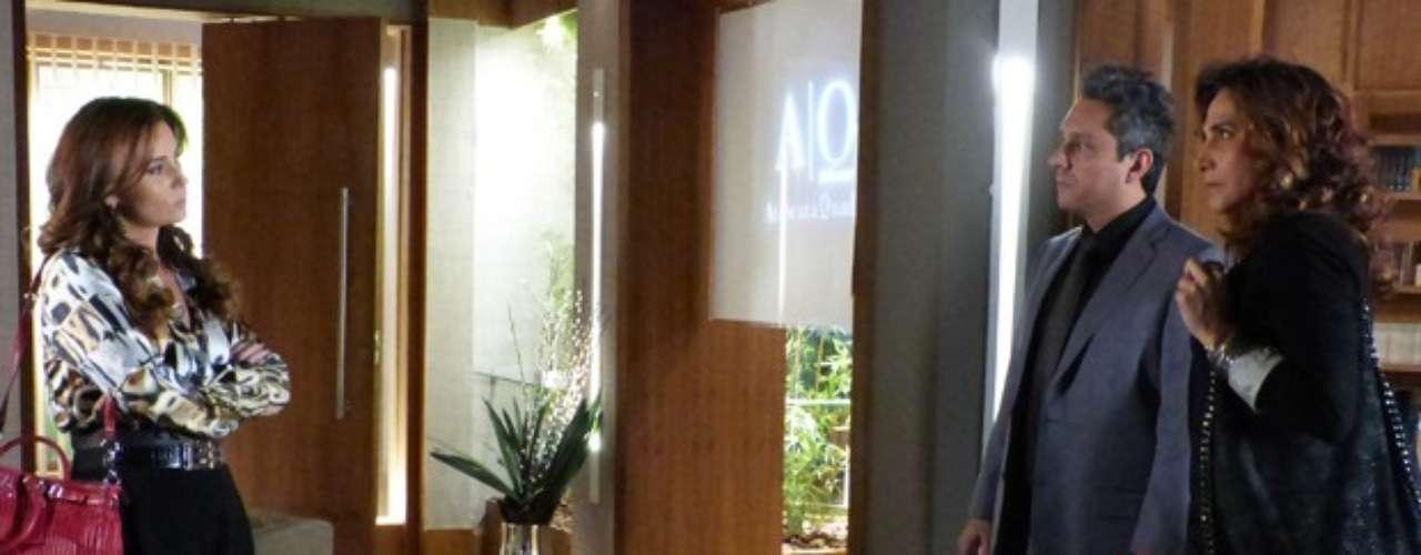 Helô (Giovanna Antonelli) irá até o escritório do ex-marido, Stenio (Alexandre Nero) para dizer a Wanda (Totia Meirelles) que tem provas contra ela