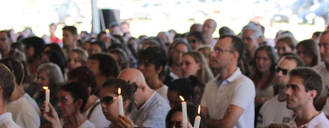 4de fevereiroFamiliares, amigos e colegas de estudantes que morreram na tragédia seguram velas na cerimônia