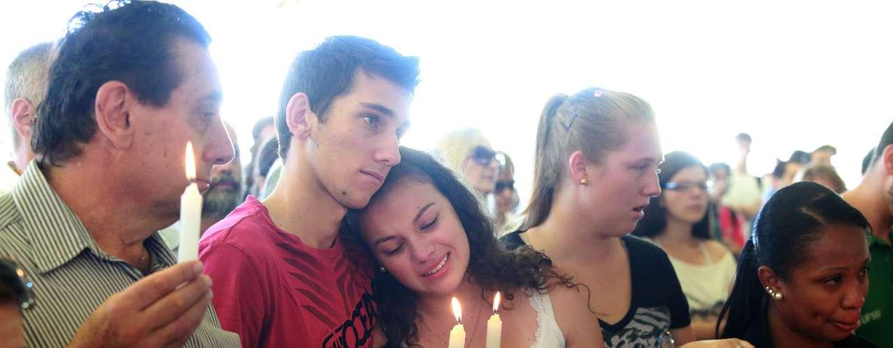 4de fevereiroJovens seguram velas em homenagem às vítimas do incêndio em um ato ecumênico na UFSM