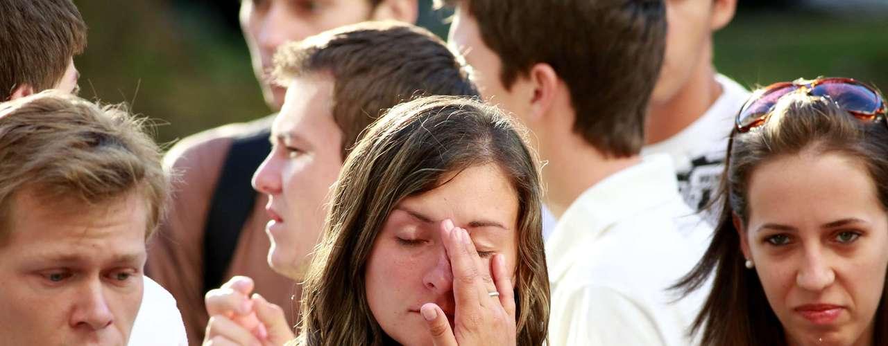 4de fevereiroAlunos do Centro de Ciências Rurais (CCR) - um dos que mais perdeu alunos na tragédia - se reúnem em frente ao prédio
