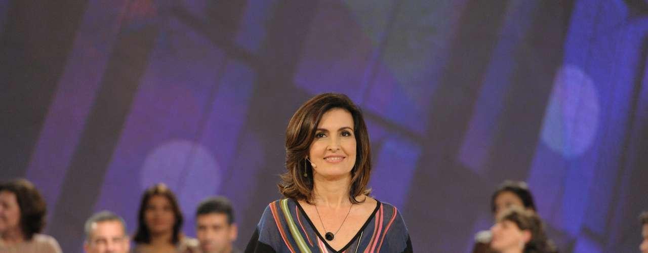Para a estreia do programa Encontro, Fátima Bernardes usa vestido acinturado com estampas e já aparece com muitas pulseiras com relógio, acessórios que já usava no seu dia a dia