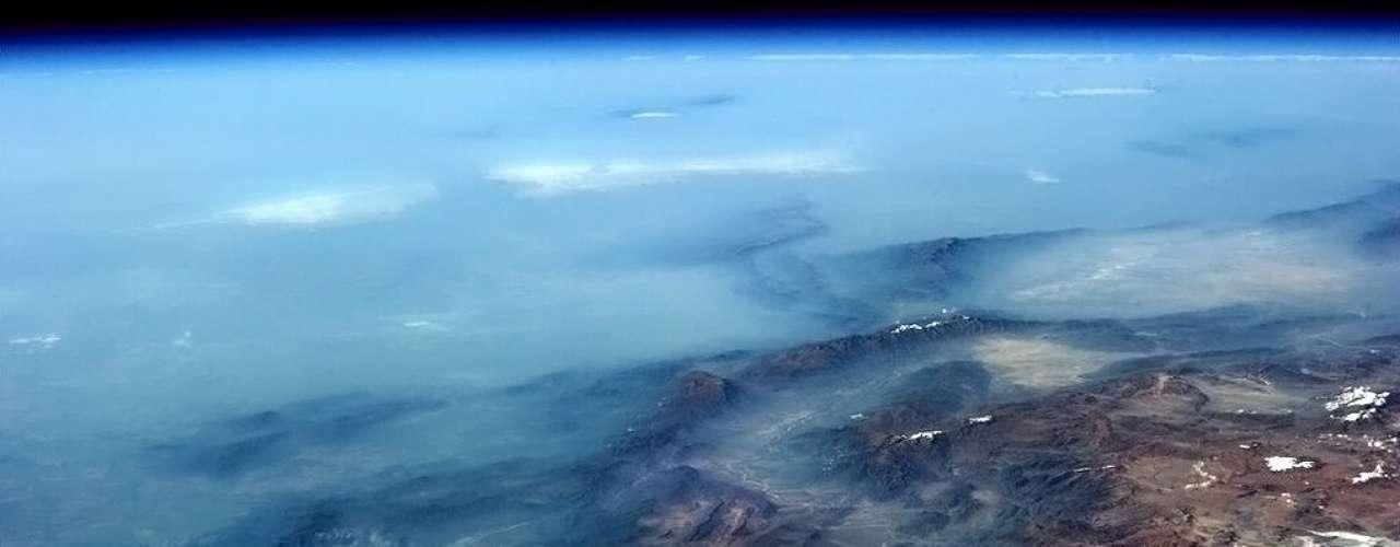 A Cordilheira dos Andes desaparece no horizonte sob uma fria névoa vinda do Oceano Pacífico. A vasta cadeia montanhosa na América do Sul foi fotografada no dia 4 de fevereiro pelo astronauta Chris Hadfield, que está a bordo da Estação Espacial Internacional (ISS, na sigla em inglês)