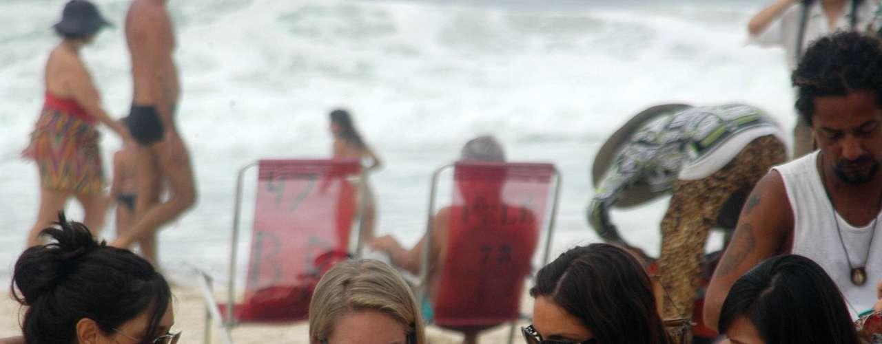6 de fevereiro - Garotas aproveitam calor de 27ºC na praia de Ipanema, no Rio