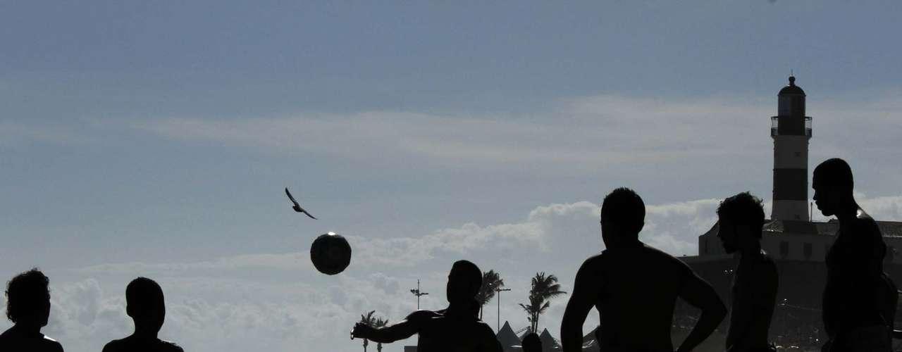 7 de fevereiro:Já este grupo de amigos preferiu bater uma bola, com a bela paisagem do Farol da Barra ao fundo