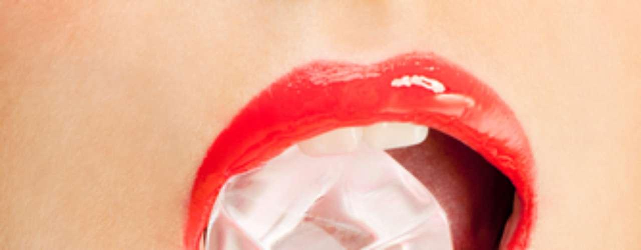 Para evitar o problema há cremes dentais específicos que devem ser aliados à escovação correta com cerdas extra macias para evitar a retração gengival.