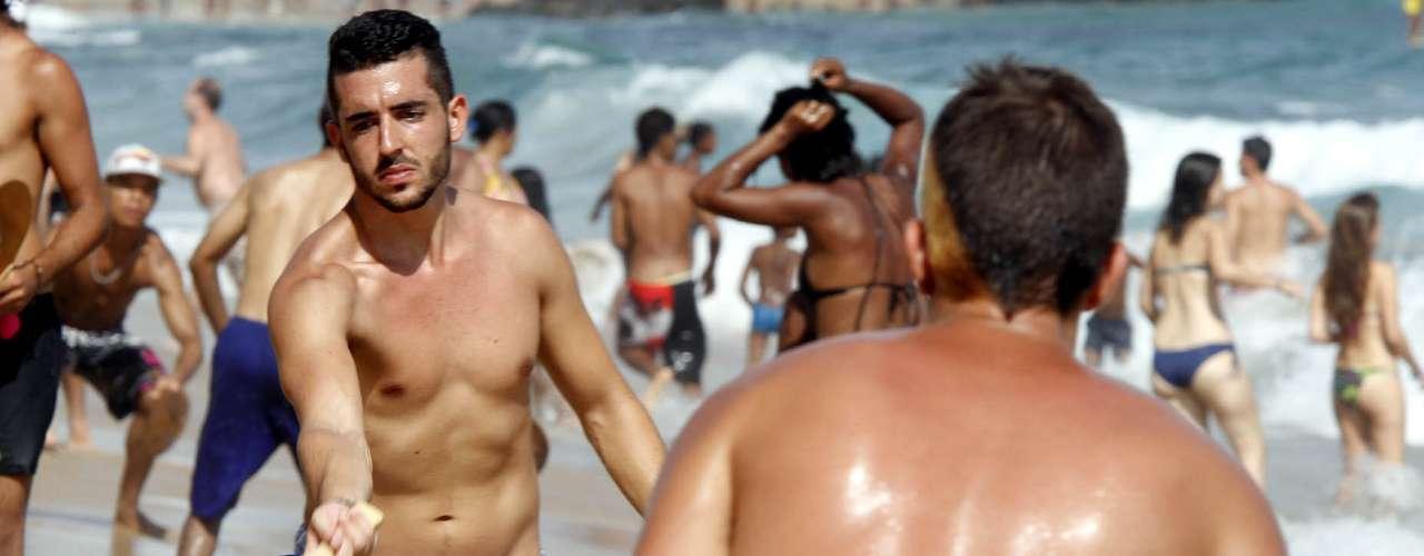 9 de fevereiro: Amigos se divertem jogando frescobol na beira da praia