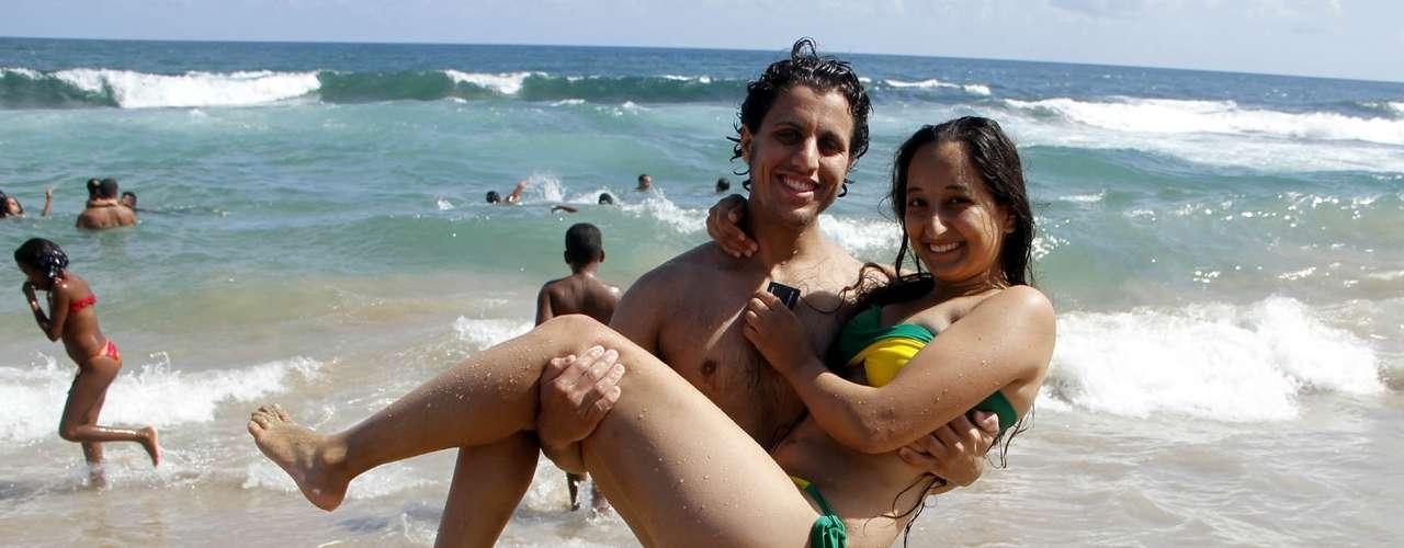 9 de fevereiro: Foliões curtem praia em Salvador antes da folia no sábado de Carnaval