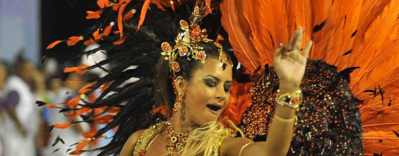 Apresentadora Lucilene Caetano é a rainha de bateria da Belford Roxo