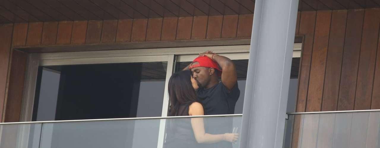 A socialite Kim Kardashian e o rapper Kanye West entraram em clima de romance no Rio; eles também aproveitaram para conhecer o Cristo Redentor