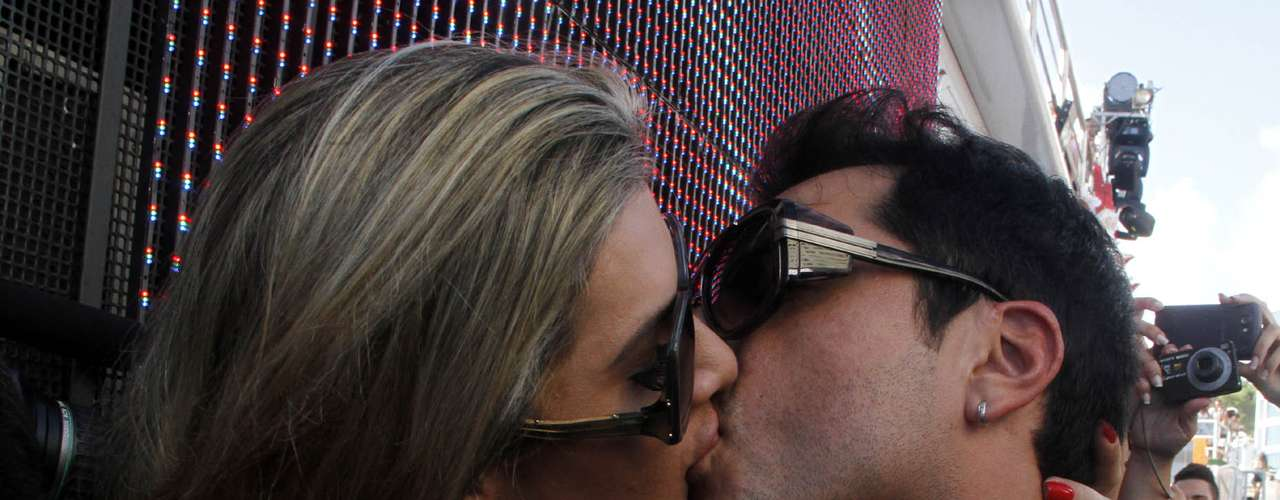 Mirella Santos e Ceará, do Pânico, se beijam durante a passagem do bloco Cerveja & Cia no Barra-Ondina, comandado por Ivete Sangalo