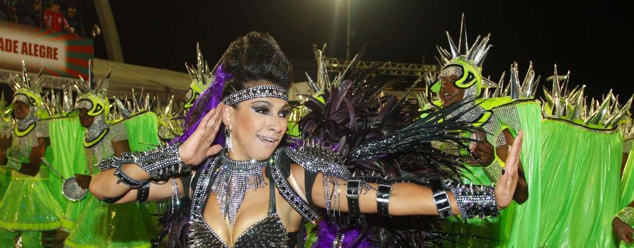 Aline Oliveira usou uma fantasia com spikes