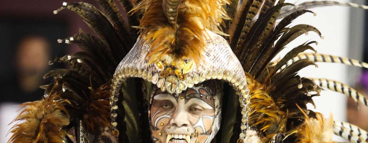 Os carnavalescos da escola, Márcio Gonçalves e Sidnei França, mostraram nas alas os pecados que as pessoas cometem sendo seduzidas, como a gula e a avareza, por exemplo