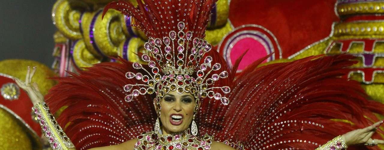 Cozete Gomes, integrante do reality show Mulheres Ricas, chamou atenção no desfile da Tom Maior