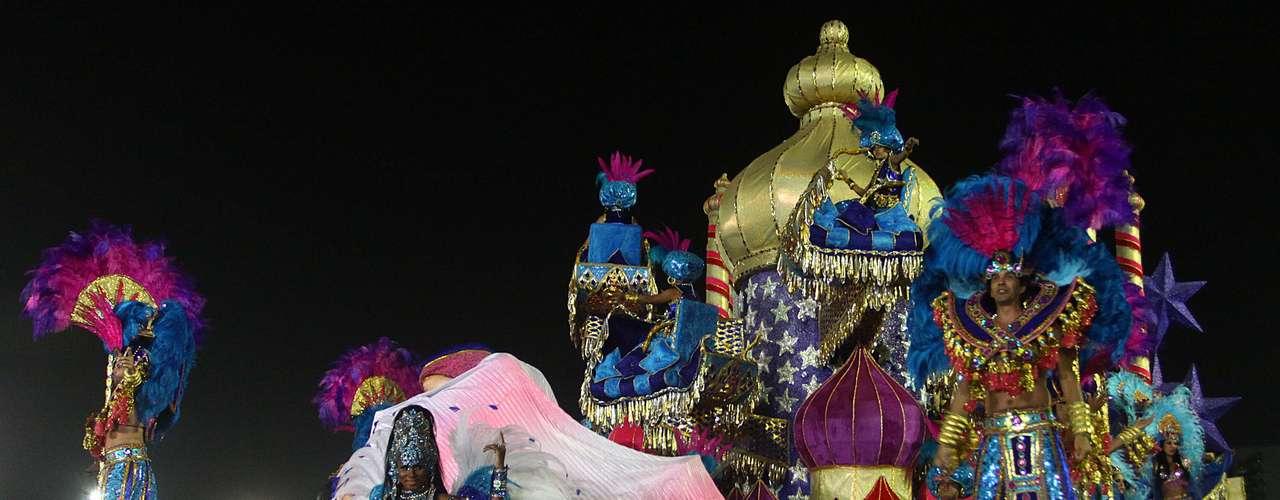 Carros alegóricos da escola davam ênfase ao tema dos prazeres abordado no samba-enredo