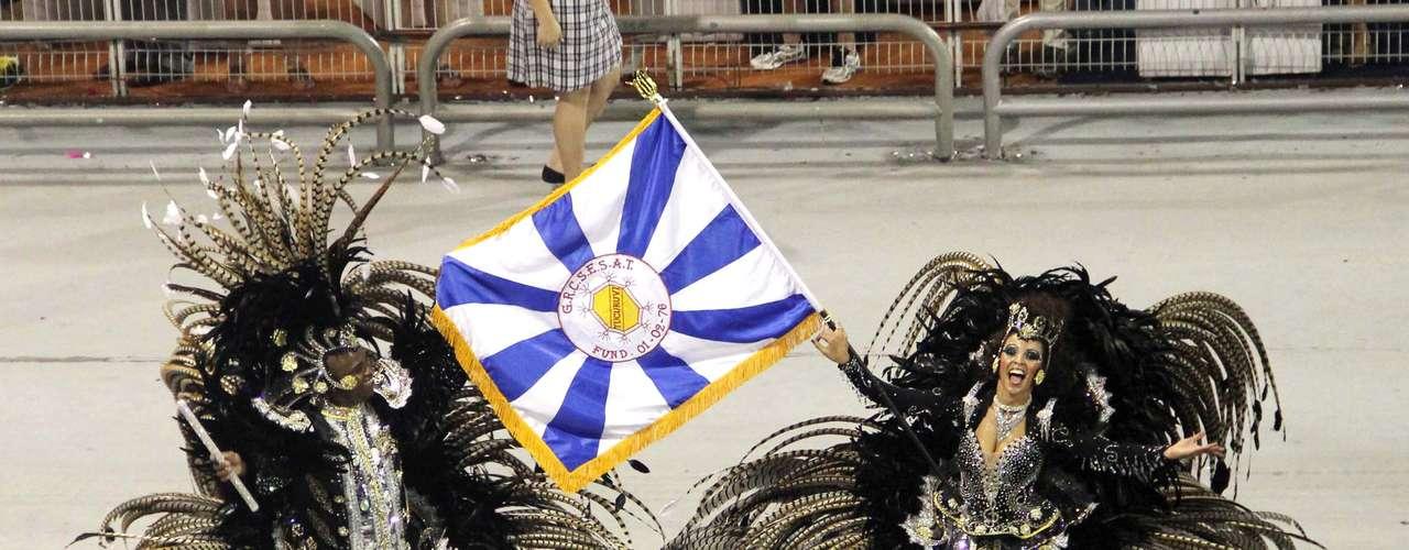 Porta-bandeira da Tucuruvi desfilou com o estandarte da escola, em azul e branco