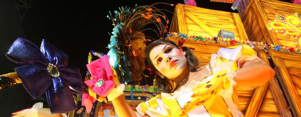 Nas fantasias, carnavalesco Wagner Santos misturou diversos tons, mesclando a maioria das cores durante o desfile e representando passagens marcantes na vida do comediante
