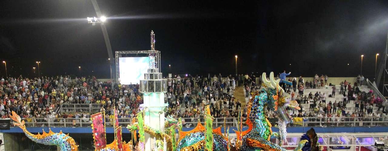 Carro alegórico com dragão esteve entre as atrações da escola para 2013
