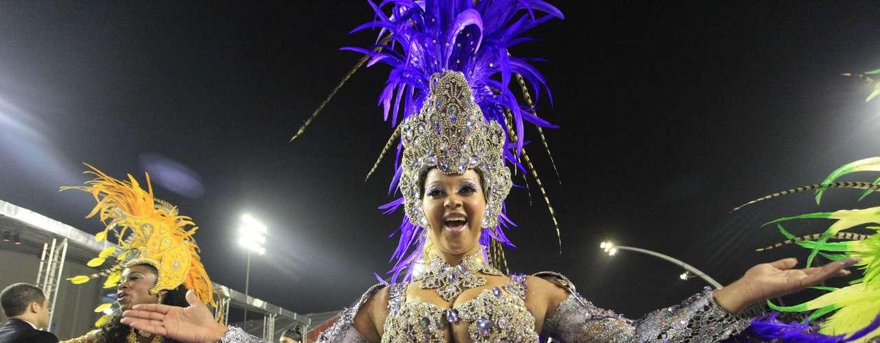 Passistas levaram fantasias coloridas ao desfile da escola