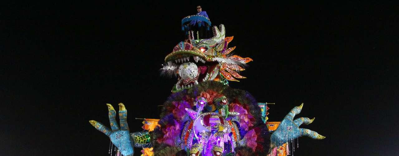 Abre-alas da agremiação apresentou uma cabeça de dragão enorme em cima do carro, que irradiava cores