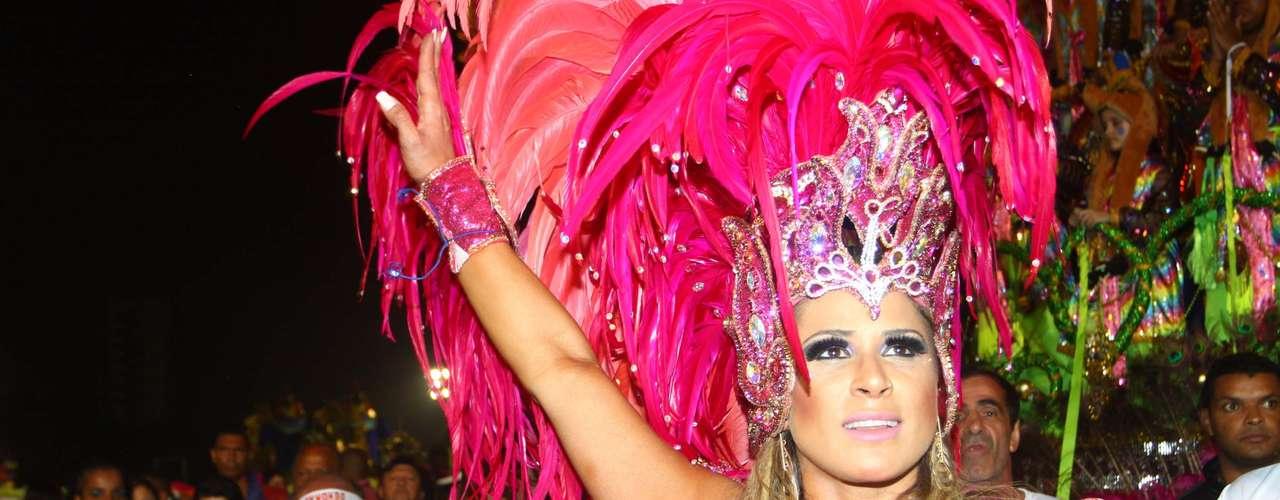 Elen Pinheiro é a madrinha de bateria da Vila Maria