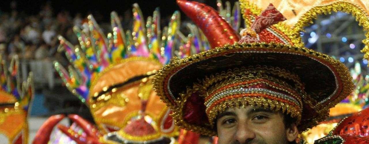 Escola exibiu fantasias tipicamente asiáticas no desfile