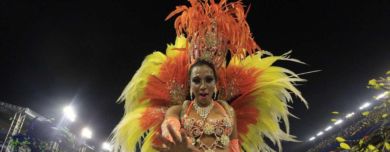 Cris Cuozzo desfila pela Vila Maria no Carnaval de 2013