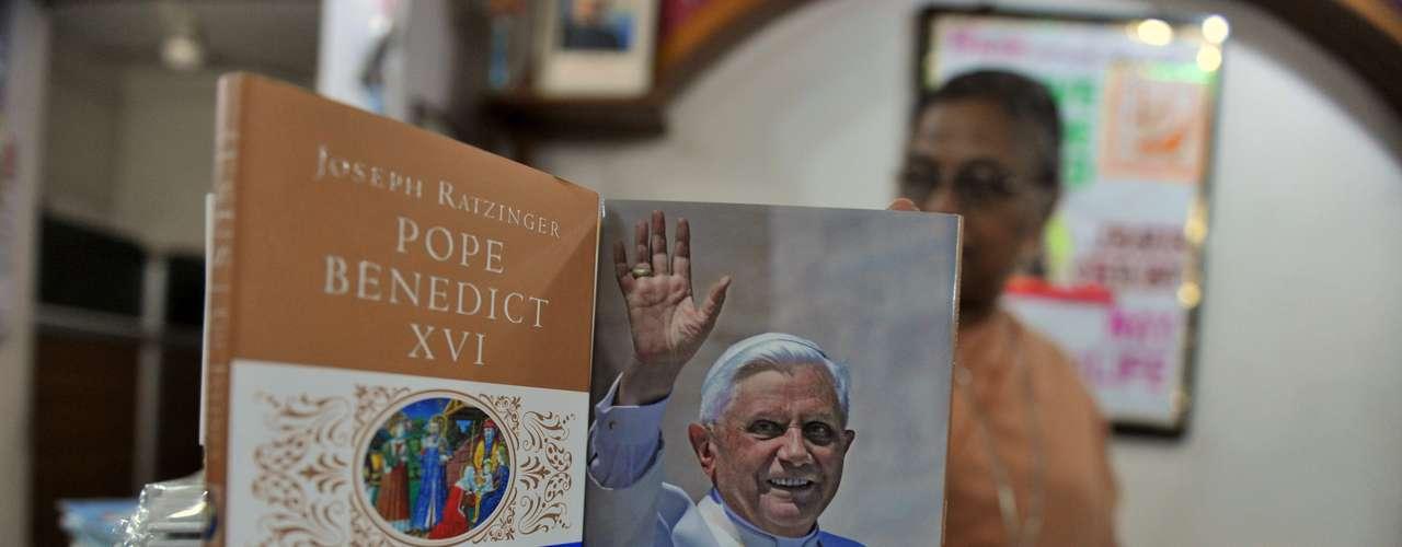 Na Índia, mulher organiza livros sobre o Papa Bento XVi logo após o anúncio de sua saída do cargo de Pontífice