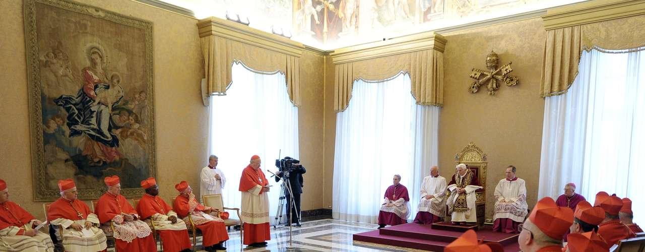 Foto divulgada de uma reunião com a participação do papa Bento XVI no mesmo dia em que o Papa anunciou que iria renunciar de seu posto. A renúncia oficial será no dia 28 de fevereiro