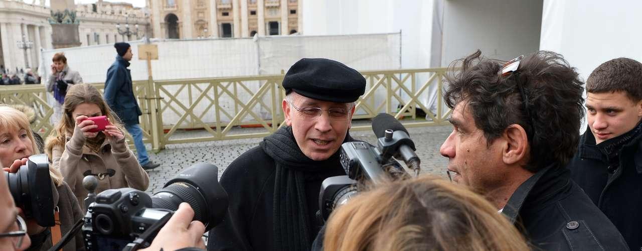 Padre conversa com jornalistas nas proximidades da praça São Pedro após o anúncio da renúncia do papa Bento XVI