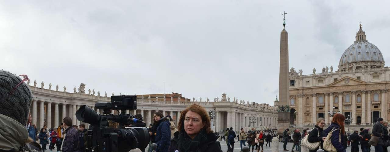 Jornalistas se posicionam nas proximidades da praça São Pedro, no Vaticano, após o anúncio de que o papa Bento XVI renunciará. O comunicado atraiu a atenção da imprensa mundial